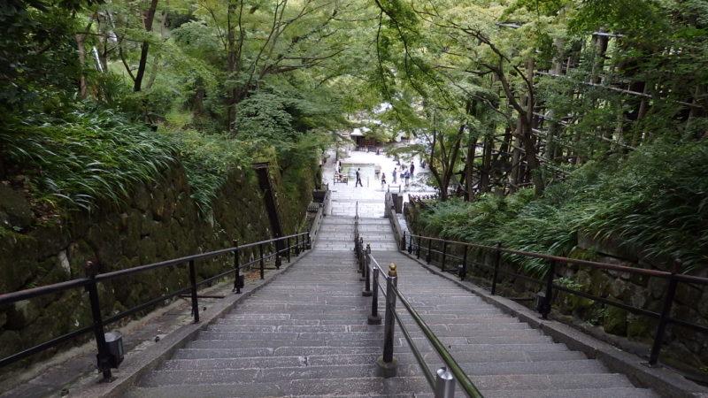 清水寺の音羽の滝へ向かう下り階段