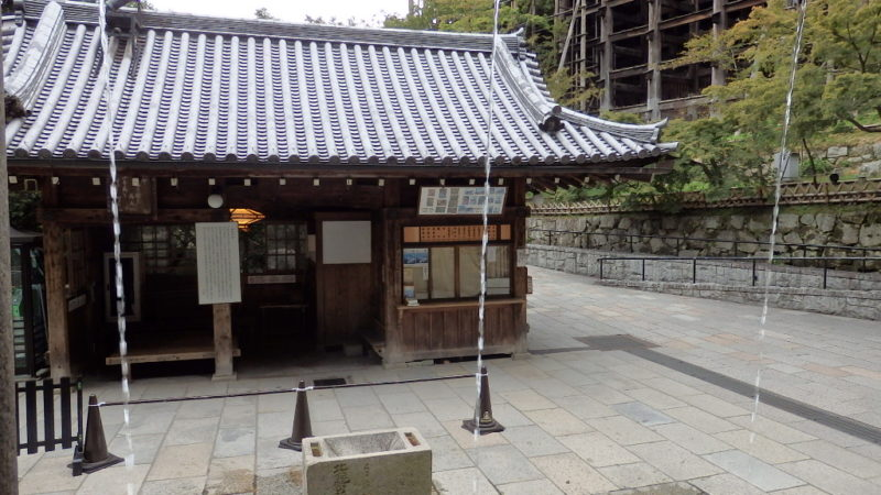 清水寺の音羽の滝を内側から見た景色