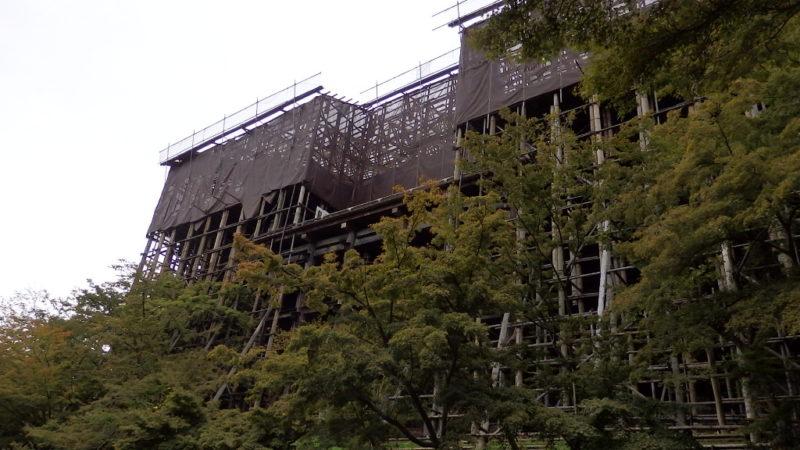 下から見上げた工事中の清水寺の舞台
