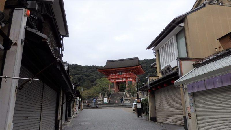 坂を登り切った時に見える清水寺の山門