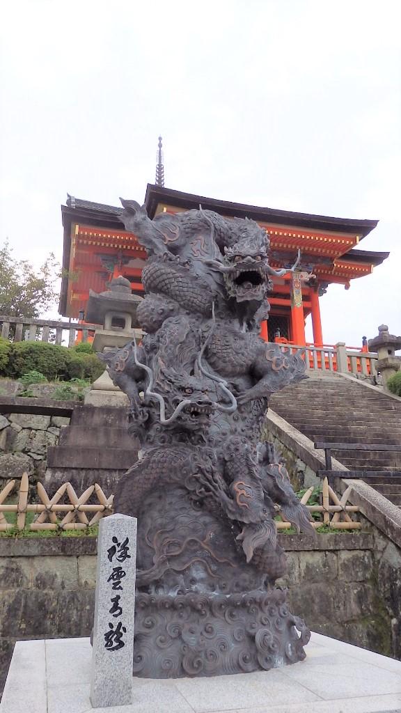 清水寺の西門の手前の龍