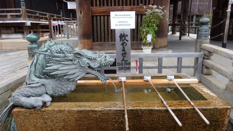 清水寺の轟門の手前の手水舎