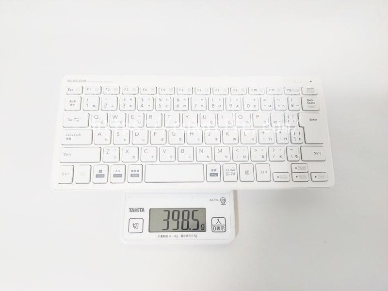 エレコムの超薄型キーボードTK-FDP098TWHの重さを量っているいる画像